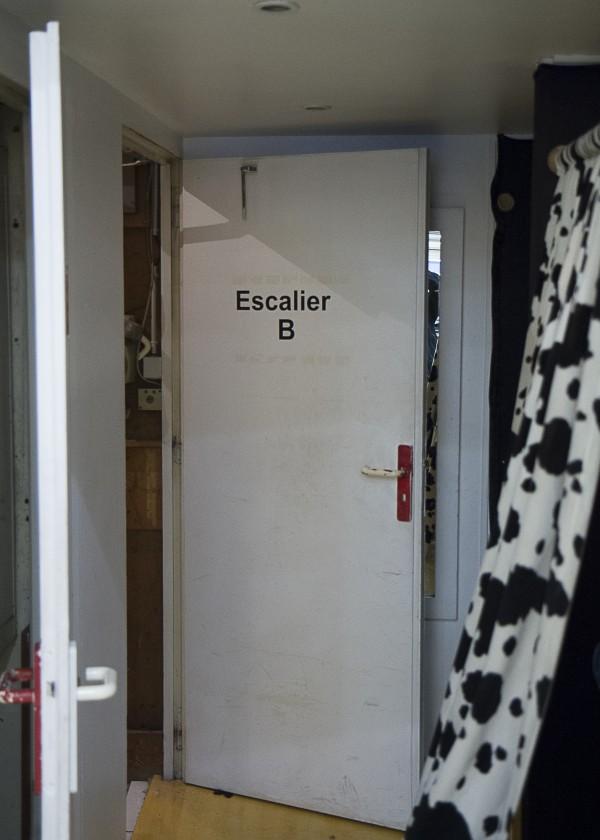 Au fond du magasin, une porte.
